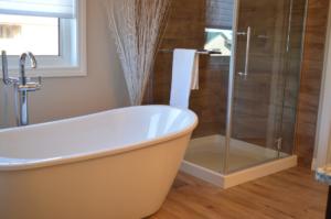 badewanne-badezimmer-mit-dusche